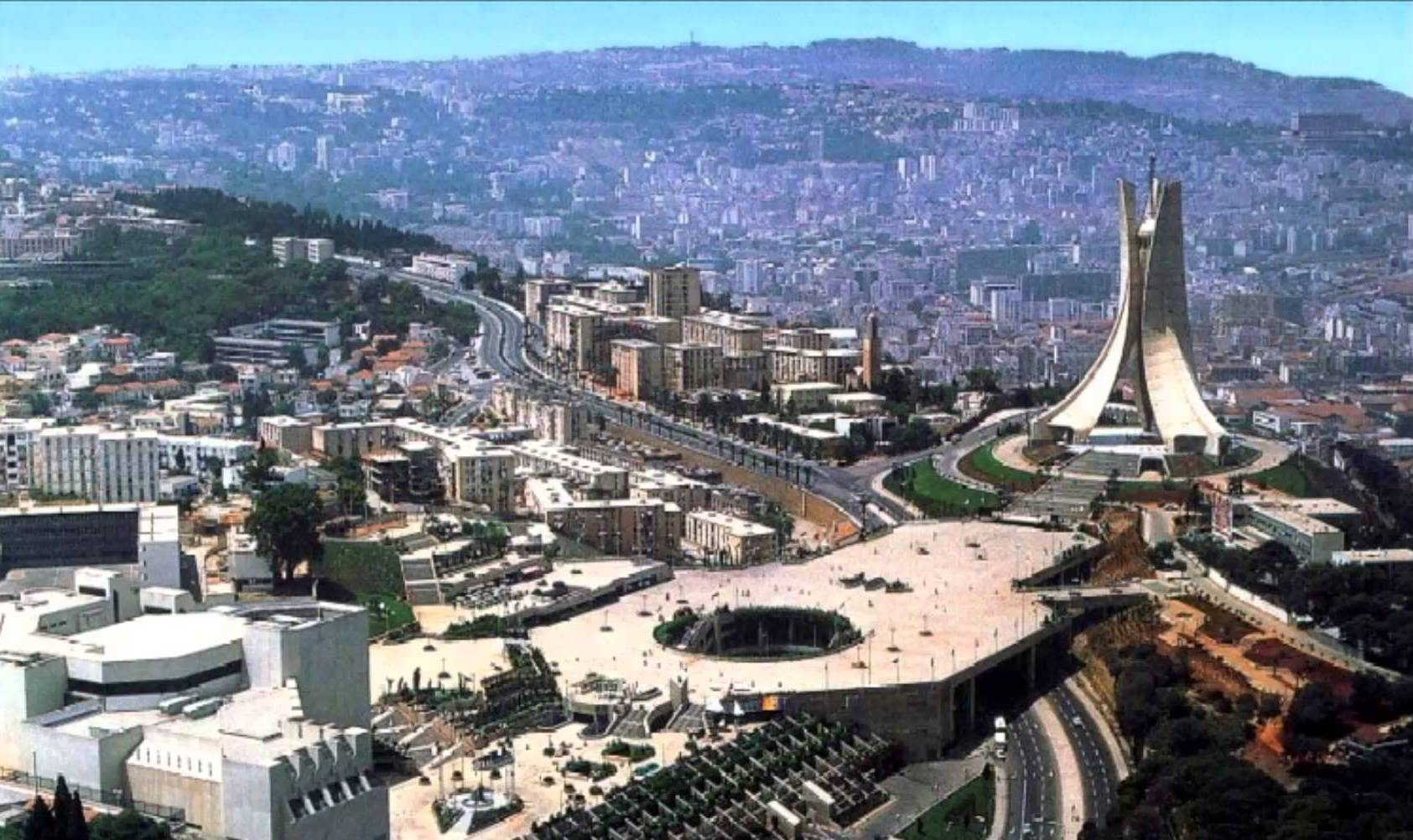 الجزائر ترد على الحملات المغربية وتعرض ظروف إستقبال اللاجئين