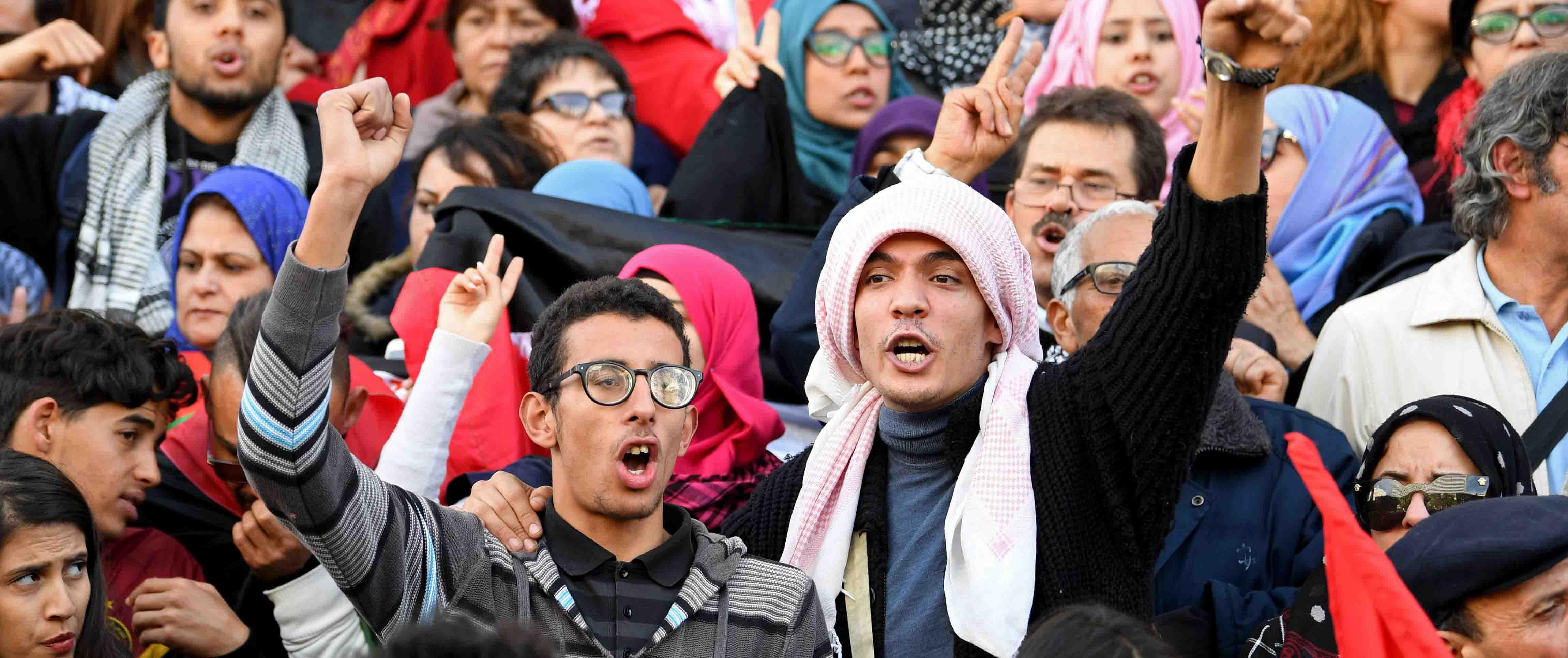 -تونس: متظاهرون يحرقون العلم الفرنسي