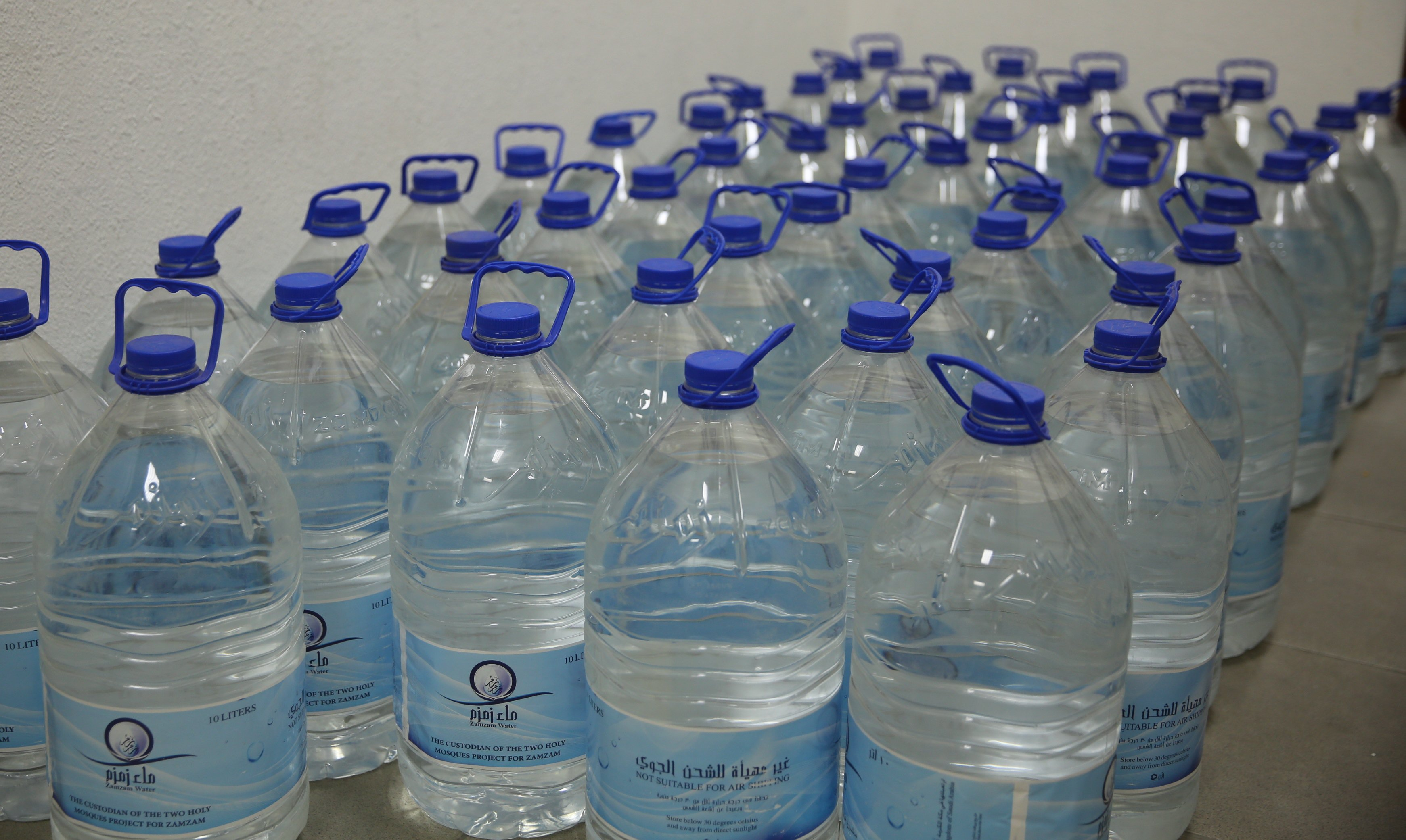 -شحن مياه زمزم باتجاه الجزائر