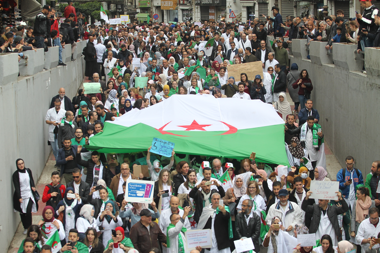 نتيجة بحث الصور عن جزائريون يحتشدون وسط العاصمة مرددين شعارات رافضة للانتخابات